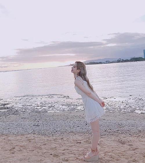 Da Hyun diện váy trắng tạo dáng đáng yêu trước biển.