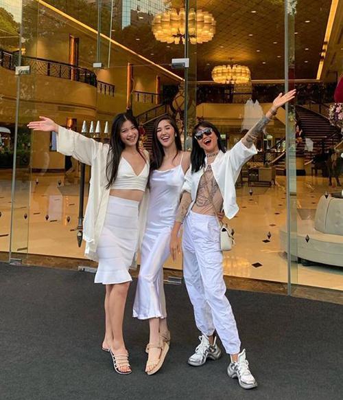 Nhân dịp tụ hội tại Bangkok, HHen Niê cũng cùng những cô bạn hoa hậu rủ nhau mặc tông xuyệt tông dạo phố.