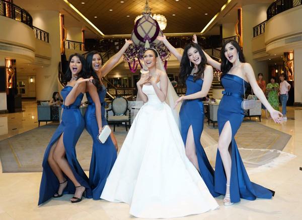 Dù chỉ có cơ hội tiếp xúc với nhau trong khoảng 1 tháng khi tham dự Miss Universe 2018 nhưng 5 cô gái vẫn giữ được tình bạn thân thiết. Sau cuộc thi, họ vẫn giữ liên lạc, thường xuyên chuyện trò. Sự xuất hiện của dàn người đẹp thu hút sự chú ý.
