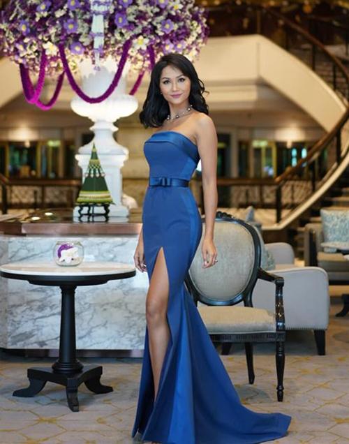 Trong vai trò phù dâu, HHen Niê diện bộ đầm quây xanh, xẻ tà cao khoe vóc dáng. Cô cũng vừa nối tóc dài ngang vai rất dịu dàng.