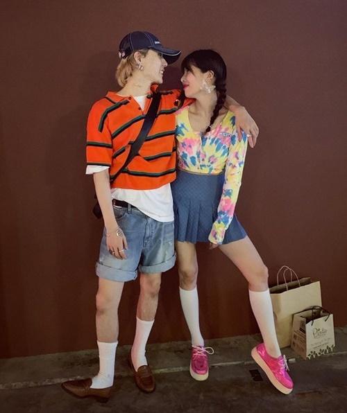 Hyuna và bạn trai EDawn lên đồ nhí nhảnh, tình tứ dạo chơi ở Thái Lan.