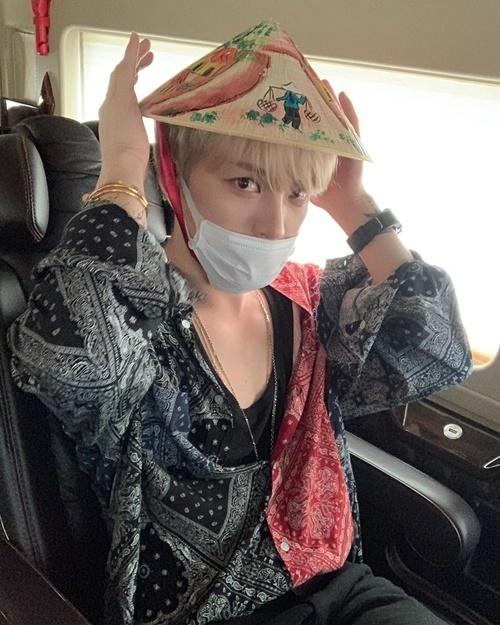 Kim Jae Joong đội nón lá cute fan tặng khi đến TP HCM.