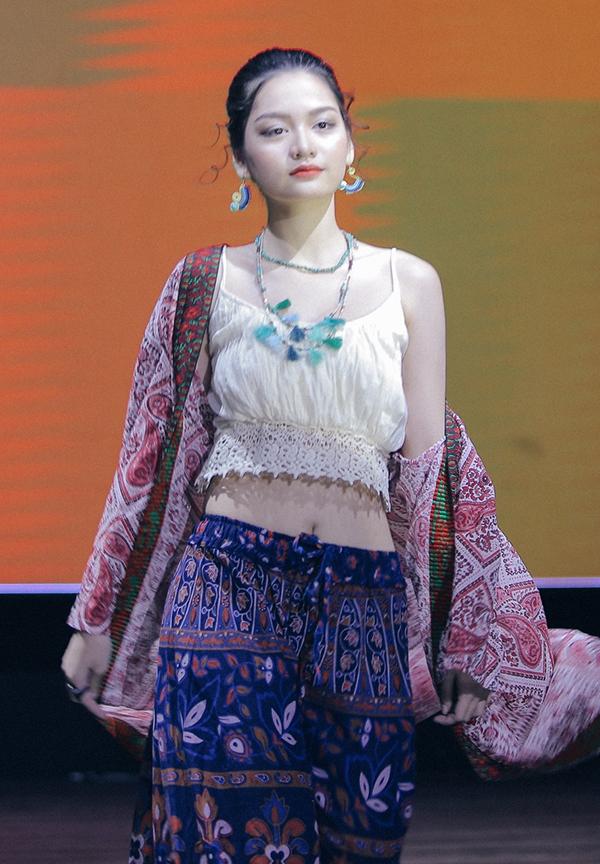 <p> Nữ sinh tự tin sải bước trong BST mang hơi thở văn hóa Việt. Từ quần áo, phụ kiện đều được chăm chút tạo nên sự hài hòa, đồng điệu.</p>