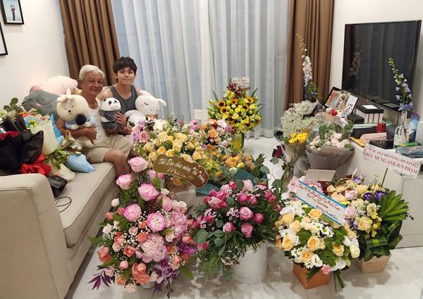 Số lượng hoa Jun Phạm được nhận cũng nhiều chẳng kém. Anh chàng hóm hỉnh có thể mở được cả một cửa hàng hoa với chỗ quà tặng này.