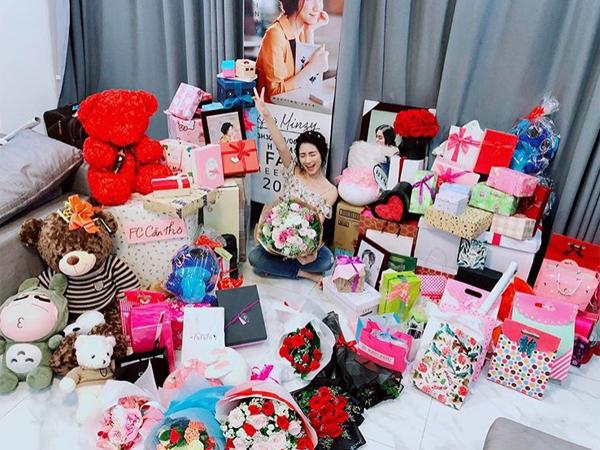 Fan club tặng Hòa Minzy rất nhiều món quà dễ thương như hoa, gấu bông, mỹ phẩm... Tất cả đều được gói ghém xinh xắn khiến nữ ca sĩ rất bất ngờ và thích thú.
