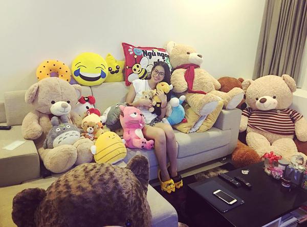 Phạm Hương hạnh phúc chia sẻ số gấu bông siêu to khổng lồ được fan yêu quý mua tặng.