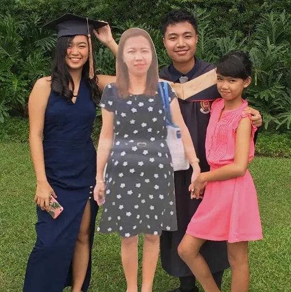 Chàng sinh viên chụp ảnh tốt nghiệp cùng ảnh mẹ quá cố - 1