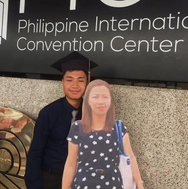 Chàng sinh viên chụp ảnh tốt nghiệp cùng ảnh mẹ quá cố - 2