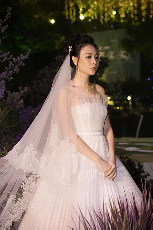 Đàm Thu Trang xuất hiện xinh đẹp, hôn Subeo tại đám cưới