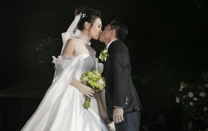 <p> Cả hai có màn khóa môi ngọt ngào trước sự chứng kiến, reo hò của nhiều người.</p>