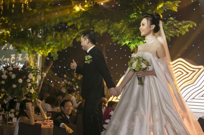 <p> Cường Đô La bày tỏ niềm hạnh phúc trước nhiều người khi dắt cô dâu đi đến từng bàn để nhận lời chúc phúc.</p>