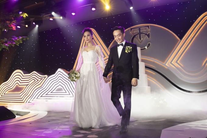 <p> Sau khi đón khách, hôn lễ của Cường Đô La - Đàm Thu Trang diễn ra trước sự chứng kiến của người thân hai bên, bạn bè, đồng nghiệp thân thiết. Không gian tiệc cưới được trang trí lung linh, lãng mạn với sắc xanh - hồng làm chủ đạo.</p>