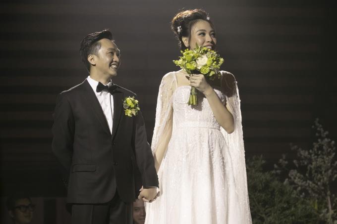<p> Chú rể diện vest lịch lãm bên cô dâu. Cả hai nắm tay không rời khi nhìn lại những hình ảnh về chặng đường yêu, những kỷ niệm gắn bó bên nhau. Cặp đôi cũng được nghe những chia sẻ, lời chúc phúc của nhiều người qua một clip.</p>