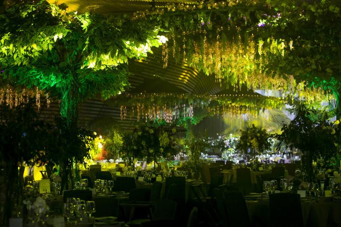 <p> Đám cưới cặp đôi diễn ra vào tối 28/7 tại một trung tâm tiệc cưới sang trọng ở TP HCM. Cô dâu - chú rể xuất hiện từ sớm để chuẩn bị.</p>