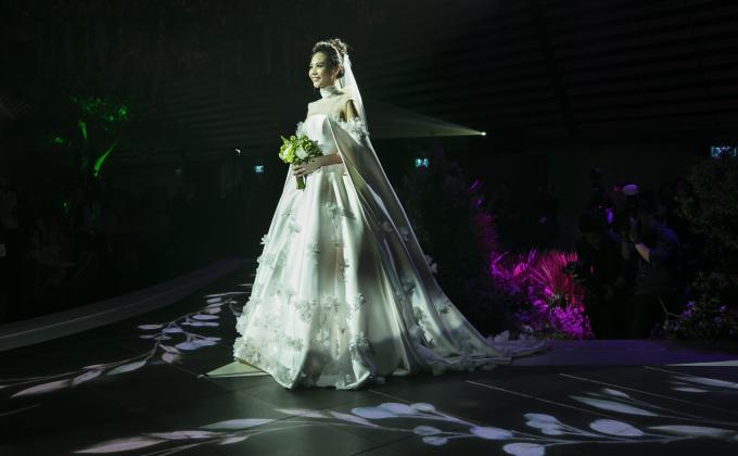 <p> Cô dâu xuất hiện ở lễ đường với chiếc váy cưới thêu hoa 3D cầu kỳ. Phía trên sân khấu, Cường Đô La đang đợi sẵn để nắm lấy tay cô.</p>