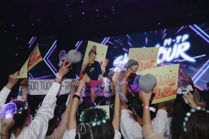 <p> Đông đảo người hâm mộ có mặt từ rất sớm với những banner cầm tay, ghi nhiều dòng slogan thể hiện sự ủng hộ với thần tượng.</p>