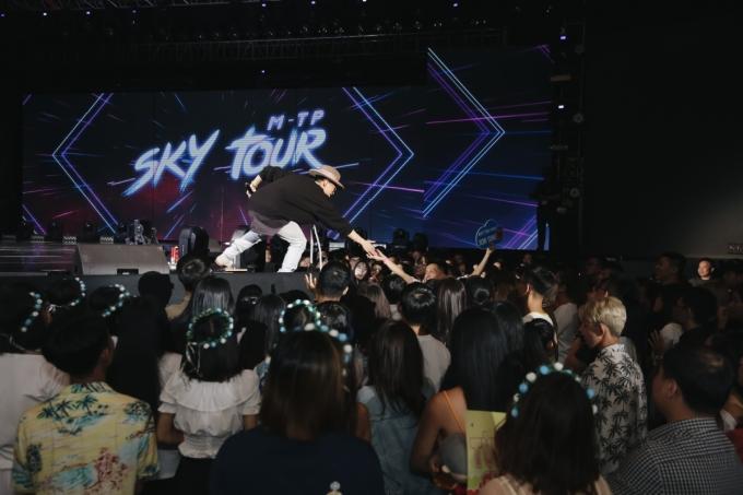 <p> Sau phần tổng duyệt âm nhạc, Sơn Tùng M-TP dành thời gian giao lưu thân mật cùng người hâm mộ. Không chỉ có fan Việt ở TP HCM và các tỉnh lân cận, nhiều du học sinh từ Mỹ và cả fan quốc tế cũng có mặt để chào đón sự kiện.</p>