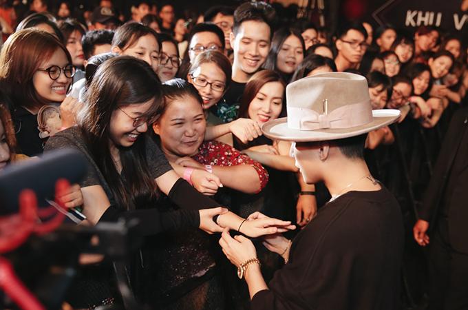 <p> Kết thúc buổi gặp gỡ, Sơn Tùng M-TP xuống bên dưới khu vực sân khấu để bắt tay và ôm từng người hâm mộ.</p>