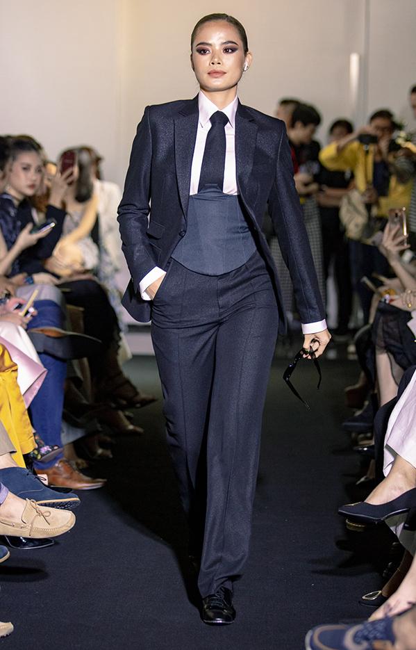 <p> BST còn nhấn mạnh vào phong cách menswear nhằm đề cao cái tôi tự chủ và cá tính. Quần âu, áo sơ mi oversize, veston... đều được các nhà thiết kế cập nhật, nhìn không thô cứng, giúp phụ nữ khi mặc vẫn trông duyên dáng.</p>