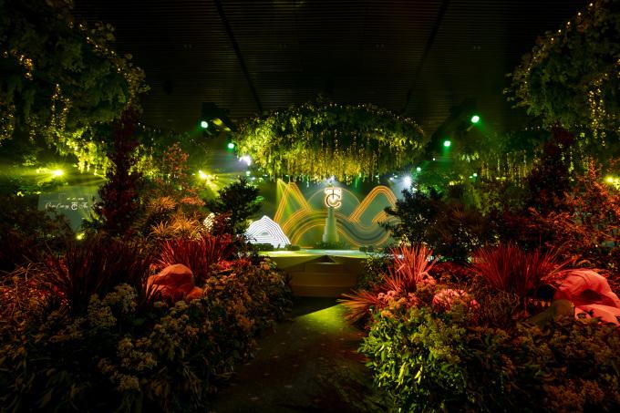 <p> Rất nhiều cây xanh và hoa cộng với đèn chùm, đèn dây được sử dụng tạo nên vẻ lung linh, hoành tráng.</p>