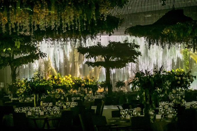 """<p> Khách mời dự lễ phải trưng thiệp mời, <a href=""""https://ione.vnexpress.net/tin-tuc/sao/viet-nam/khach-du-cuoi-cuong-do-la-phai-qua-hai-lop-bao-ve-3959171.html"""" rel=""""nofollow"""">qua hai lớp an ninh</a> mới lên được khu vực diễn ra tiệc cưới.</p>"""