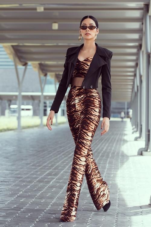 Khác với hình ảnh beauty queen đang xây dựng gần đây, Hoàng Thùykhoe vẻ cá tính trong loạt ảnh mới được thực hiện tại Nha Trang. Bộ trang phục họa tiết da báo cùng áo khoác ngoài do chính Á hậu Hoàn vũ thiết kế, lên ý tưởng.