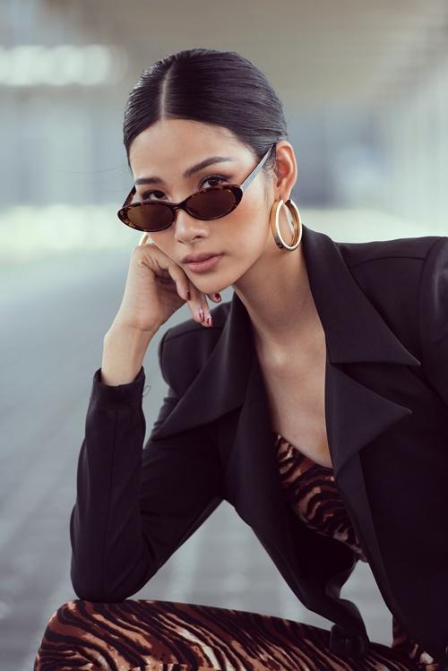 Hoàng Thùy cho biết, thời gian tới cô sẽ dành thời gian, thiết kế thêm nhiều trang phục mang đến Miss Universe 2019.