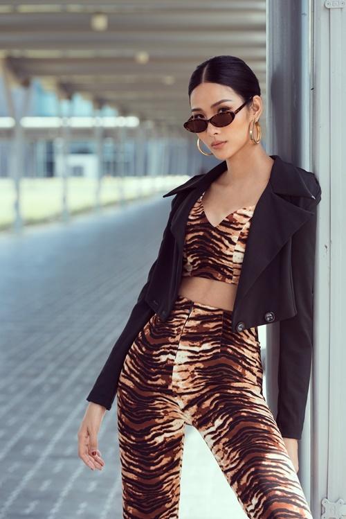 Cô kết hợp bộ trang phục tự thiết kế cùng bông tai kim loại và kính râm đen.