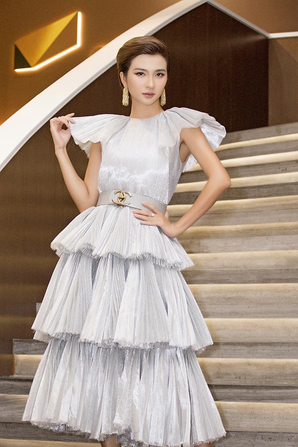 <p> Kim Tuyến diện váy xếp tầng nữ tính chúc mừng Mâu Thủy.</p>