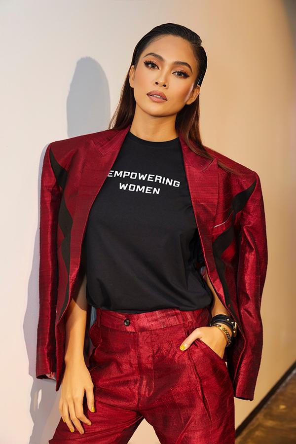 """<p> Ngày 27/7, Mâu Thủy cho ra mắt BST thời trang đầu tiên mang tên """"The Golden Women"""" đánh dấu vai trò mới làm NTK. Dự án này cô bắt tay cùng NTK Phi Phạm. Từng có kinh nghiệm trong việc làm người mẫu chuyên nghiệp, có cơ hội học hỏi và tích lũy kiến thức từ những sự kiện, Mâu Thủy cho biết rất tự tin với cuộc lấn sân này.</p>"""