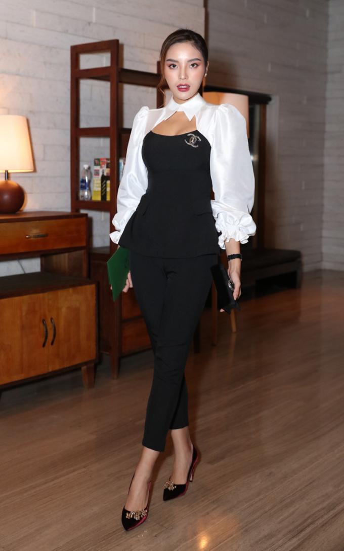 <p> Kỳ Duyên diện trang phục khá đơn giản với hai màu đen - trắng.</p>