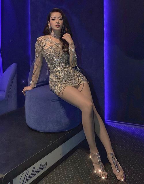 Thời gian gần đây, phong cách ăn mặc của Chi Pu ngày càng sexy, khoe dáng triệt để.
