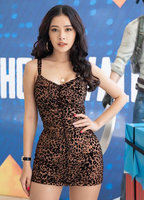 Đầm bodycon ngắn cũn như Chi Pu đang diện vốn là kiểu trang phục rất kén dáng, chỉ dành cho những cô nàng có đường cong đồng hồ cát. Người đẹp Hà thành chứng minh có thân hình chinh phục được mọi kiểu đồ.