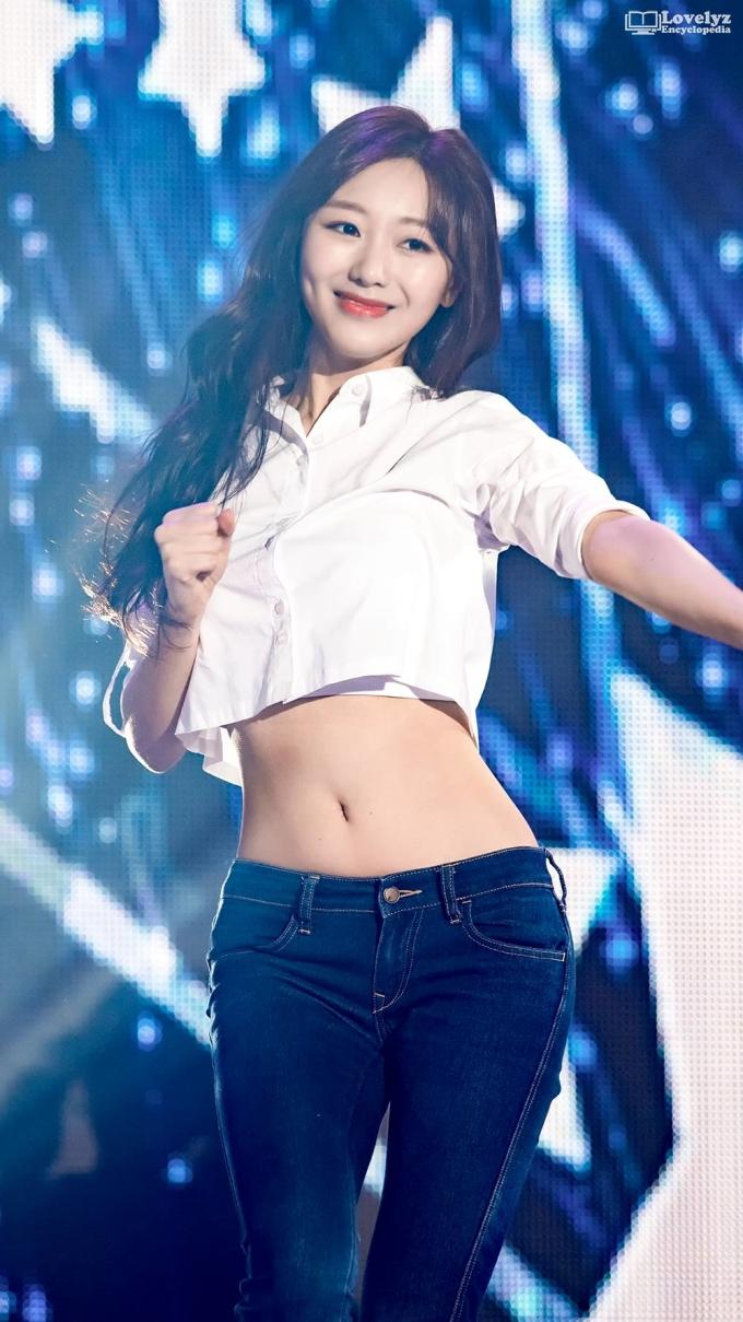 """<p> Soo Jung (Lovelyz) được gọi là biểu tượng """"Bagel Girl"""" mới của Kpop (thuật ngữ chỉ những người có gương mặt dễ thương nhưng thân hình nóng bỏng). Trong một sân khấu năm 2018, Soo Jung gây sốt khi diện sơmi dáng crop cùng skinny jeans cạp trễ.</p>"""