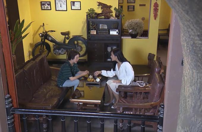 <p> Trong tập 69 <em>Về nhà đi con</em> vừa phát sóng, ngay sau khi đi xem mặt bằng mở quán, Dương cùng chị Huệ đến nói chuyện với nhau ở một quán trà. Quán trà này tone vàng làm chủ đạo với nhiều cổ vật gợi nhớ Hà Nội xưa.</p>
