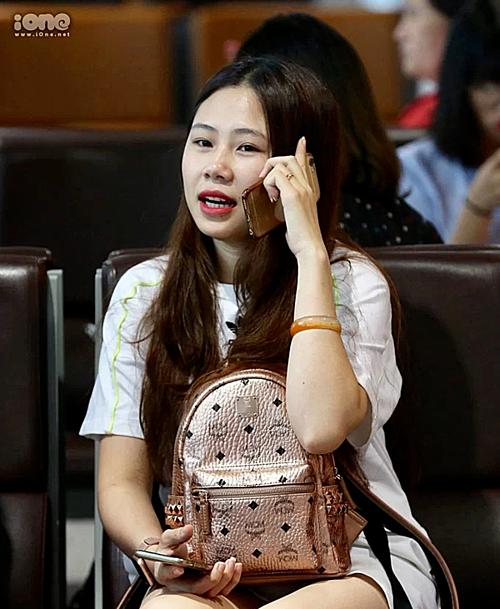 Trang Heo luôn có mặt cùng gia đình bạn trai trong mọi dịp Đình Trọng sang Singapore phẫu thuật chấn thương.