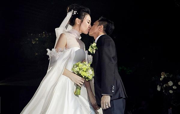 Váy cưới Đàm Thu Trang mặc khi cử hành hôn lễ.