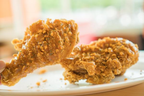 Lớp vỏ giòn tan được tiếp nối ngay bằng vị thơm ngọt tự nhiên của thịt gà vừa chín đủ độ, ngấm đều hương vị mà không bị khô, dai. Từng lớp thịt từ giòn tan đến mềm ngon tiếp nối đánh vào vị giác và khơi dậy nguồn hứng khởi cho thực khách.