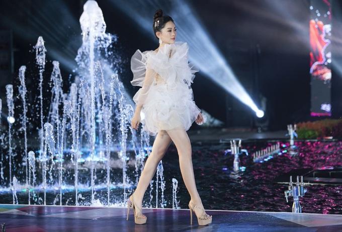 <p> Phương Nga diện chiếc váy lấy cảm hứng từ bọt biển.</p>