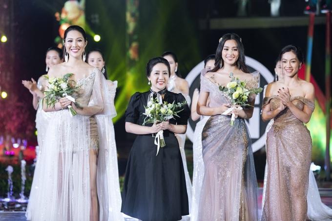 <p> Hai người đẹp cùng NTK Đặng Anh Thư chào kết.</p>