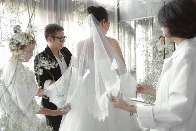 <p> Chiếc váy kết hợp với khăn voan đội đầu.</p>