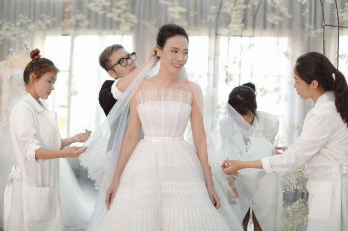 """<p> Nhà mốt trẻ tiết lộ: """"Lúc đầu, Đàm Thu Trang đặt hai mẫu đầm diện trong lễ cưới nhưng sau khi xem BST ra mắt đầu tháng 7, cô quyết định có thêm một chiếc váy cưới nữa dựa trên cảm hứng mùa thu"""".</p>"""