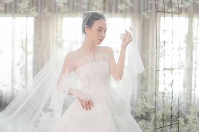 <p> Điểm đặc biệt của chiếc đầm cưới chính nằm ở kỹ thuật dựng phom corset giúp vòng eo nhỏ nhất có thể. Ở phần ngực áo, NTK chọn lựa dáng váy quây để tôn lên vòng một của cô dâu, nhấn nhá thêm lớp lưới dập ly.</p>