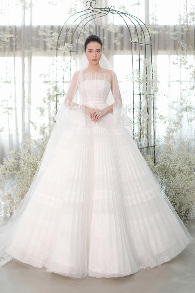 <p> Trong lễ cưới tối 28/7 tại TP HCM, Đàm Thu Trang xuất hiện xinh đẹp bên chú rể Cường Đô La. Cô diện 3 mẫu váy cưới, trong đó có hai mẫu váy tâm đắc do NTK Chung Thanh Phong đảm nhận. Trước hôn lễ, thông tin về váy cưới đều được cô dâu giấu kín.</p>