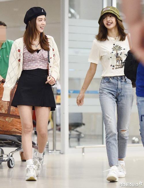 Hai thành viên Black Pink Ji Soo (bên trái) và Lisa cười đùa vui vẻ khi kết thúc lịch trình, trở về Hàn.