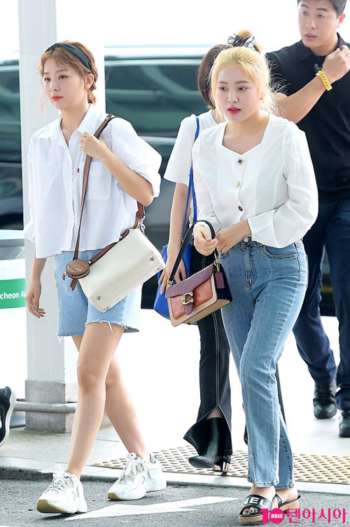 Seul Gi (bên trái) và em út Yeri đều nhuộm màu tóc sáng, diện đồ trẻ trung như nữ sinh khi ra sân bay.