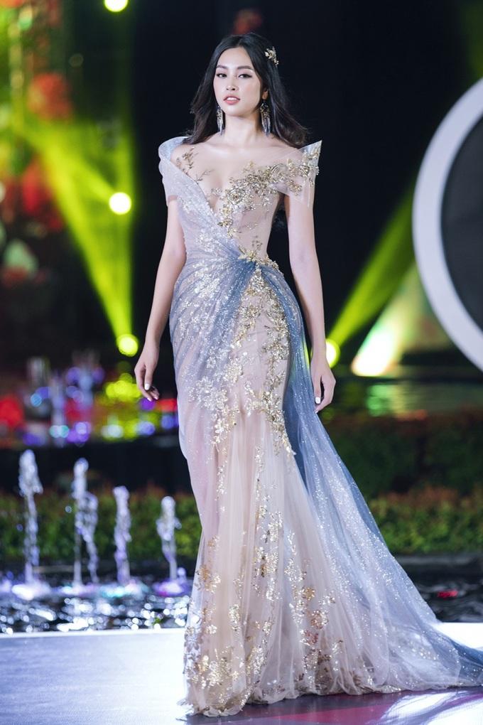 <p> Hoa hậu Trần Tiểu Vy là vedette ở BST của NTK Đặng Anh Thư. Cô được giao chiếc váy lộng lẫy được lấy cảm hứng từ đôi cánh của tượng nữ thần Venus.</p>