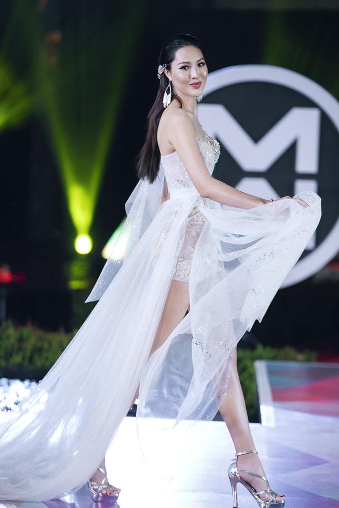 <p> Hoa khôi Diệu Ngọc làm first face của BST. Cô từng là thí sinh đại diện Việt Nam dự Miss World.</p>