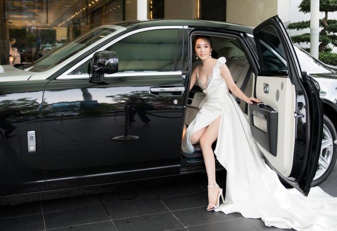 """<p> Tham dự một sự kiện tại Hà Nội chiều 28/7,<a href=""""https://ione.net/tin-tuc/phim/vietnam/quynh-nga-ve-nha-di-con-nha-tra-thu-vu-vi-hieu-lam-3958156.html"""" rel=""""nofollow""""> Quỳnh Nga</a> gây chú ý khi diện bộ đầm trắng dài thướt tha, bước xuống từ xe Roll Royce có giá hàng triệu USD. 10 năm quay trở lại màn ảnh nhỏ, nhờ hiệu ứng từ vai Nhã - chuyên viên cao cấp cướp chồng trong <em>Về nhà đi con</em>, Quỳnh Nga đắt show dự sự kiện.</p>"""