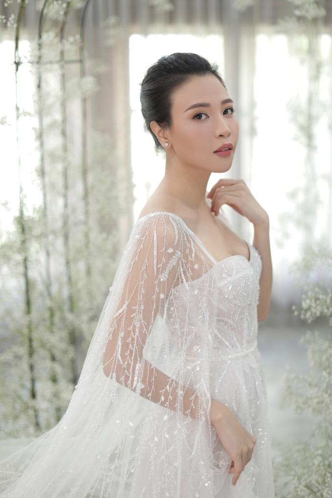 """<p class=""""Normal""""> Với chiếc váy cưới thứ hai, nhà mốt gốc Đà Nẵng huy động đội ngũ nhân công tay nghề cao để thêu họa tiết, đính kết đá pha lê, đá swarovski 100% bằng tay trong 3 tháng liên tục.</p>"""